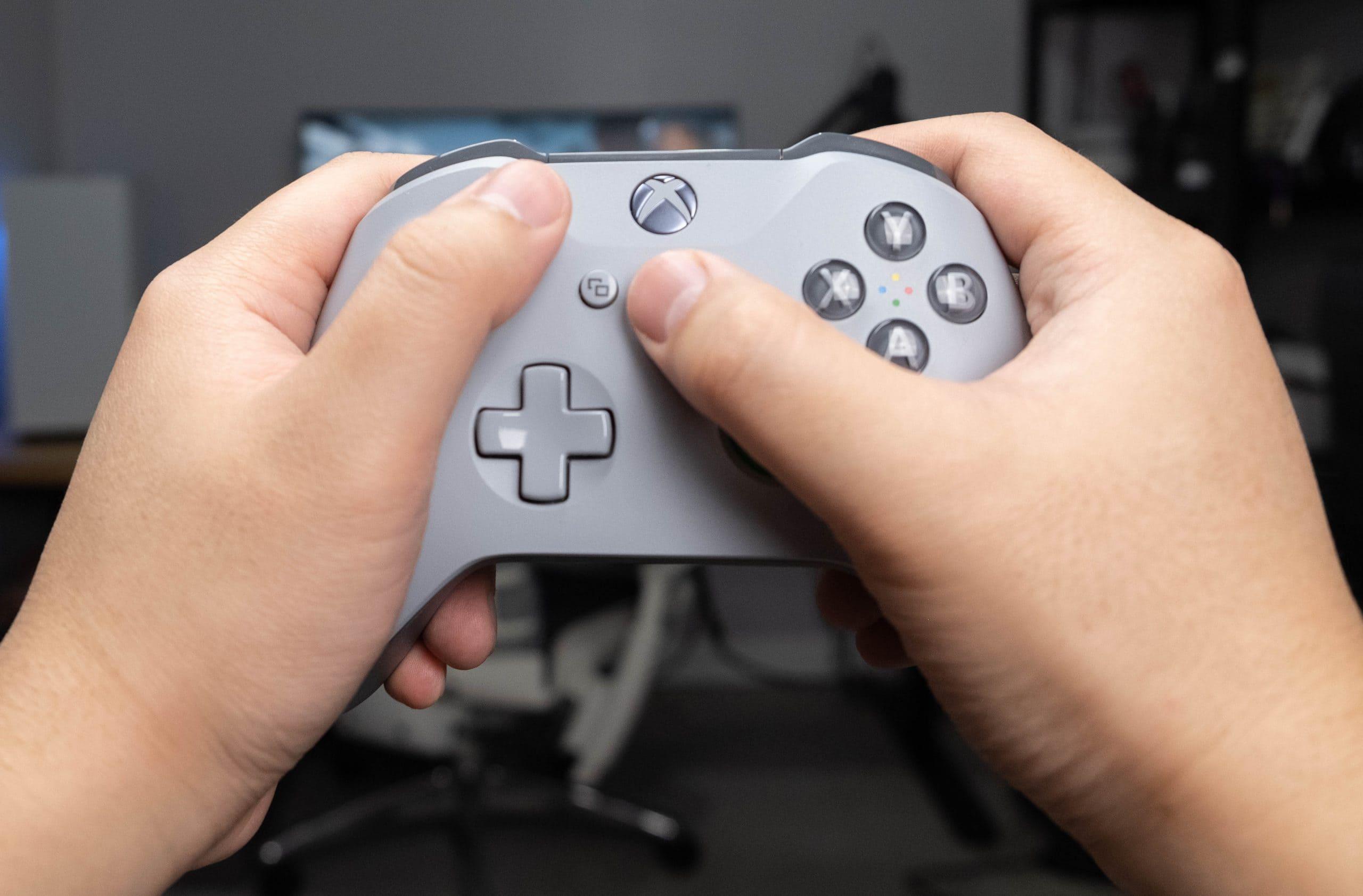 Xbox One X - Held