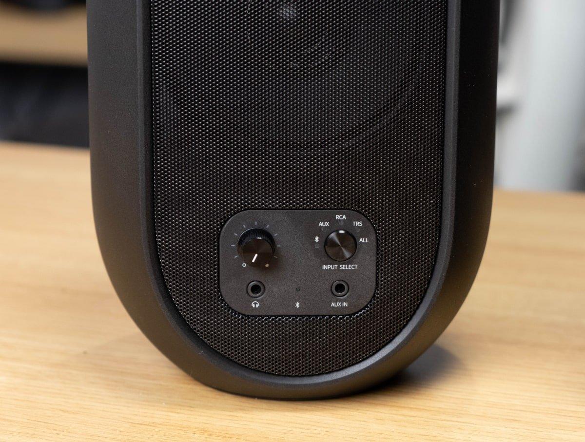 JBL 104BT - Front panel